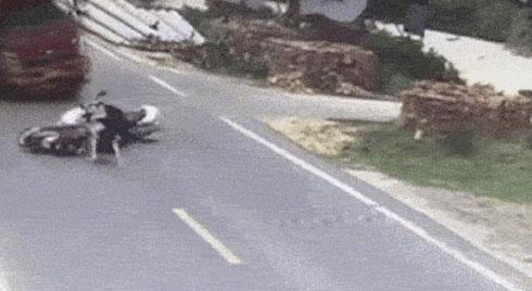 Hai người phụ nữ đi xe máy đâm vào nhau, tai nạn phía sau còn kinh hoàng hơn
