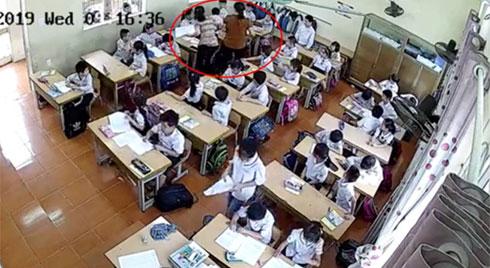 Mẹ nam sinh lớp 2 ở Hải Phòng đăng clip cô giáo tát tới tấp con mình, dùng thước vụt mạnh nhiều em khác