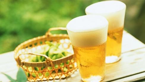 Dùng bia để gội đầu ai cũng tưởng bị dở, nhưng sau một tuần cả nhà đều tròn mắt vì điều bất ngờ