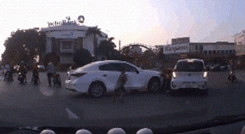 Đạp nhầm chân ga, nữ tài xế lái Mazda tông liên hoàn 3 xe máy, có nạn nhân là trẻ em