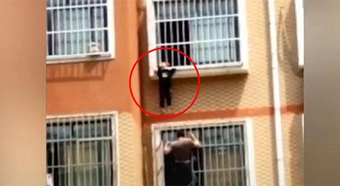 Giải cứu bé trai lơ lửng ngoài ban công tầng 7