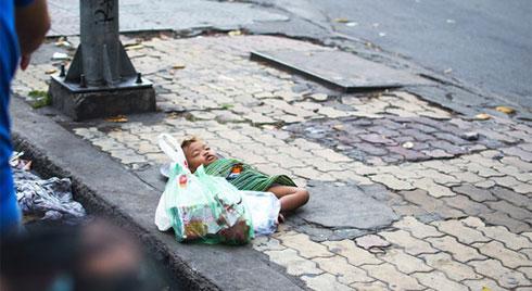 Bức ảnh giấc ngủ của em bé dưới chân thành phố khiến ta nhói tim, nhưng cũng mở ra một bài học lớn