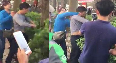 Clip: Bị bóp ngực trên xe buýt, người phụ nữ túm áo, đánh tả tơi tên 'biến thái' ở Hà Nội