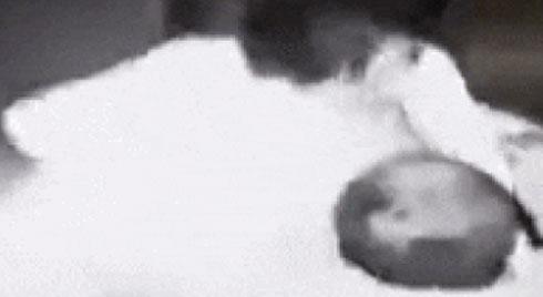 CLIP CHOÁNG VÁNG: Cô gái trẻ bị kẻ biến thái cưỡng hôn KINH HOÀNG trong thang máy