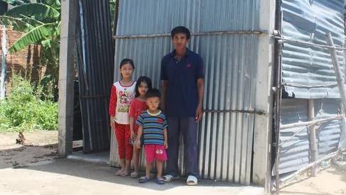 Vợ bỏ đi, người cha mắc bệnh lao nuôi 3 con thơ dại trong nhà tạm rách nát