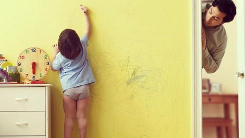Bỏ túi 5 mẹo vặt tẩy sạch mọi vết bẩn bút chì màu bám trên tường do trẻ con vẽ bậy