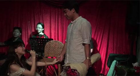 Hòa Minzy  bất ngờ quỳ gối cầu hôn bạn trai nhân kỷ niệm 2 năm yêu nhau