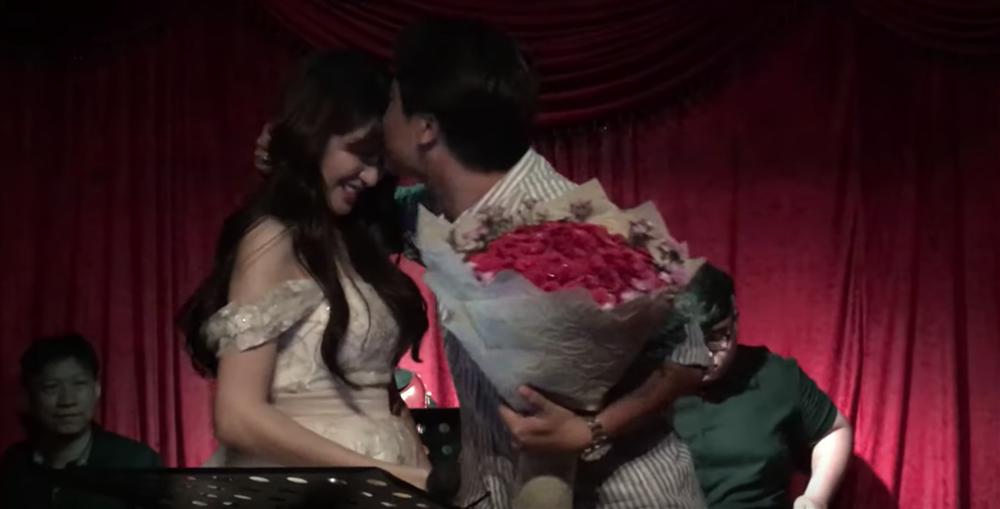 Hòa Minzy  bất ngờ quỳ gối cầu hôn bạn trai nhân kỷ niệm 2 năm yêu nhau-3