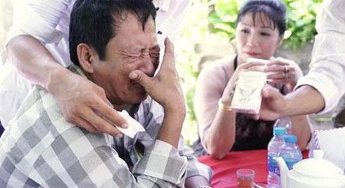 Clip ông bố ở Tiền Giang khóc nức nở trong ngày con gái về nhà chồng khiến người xem chỉ muốn khóc theo