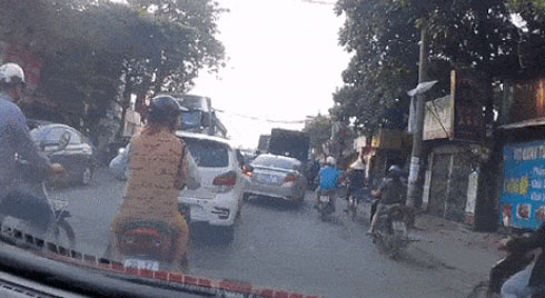 Clip: Người đàn ông cố vượt qua đầu xe tải đang xuống dốc, cái kết khiến nhiều người vội quay mặt đi