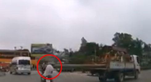 Clip: Hãi hùng xe tải chở cột bê tông dài lê thê 'phang' trúng đầu người đi đường