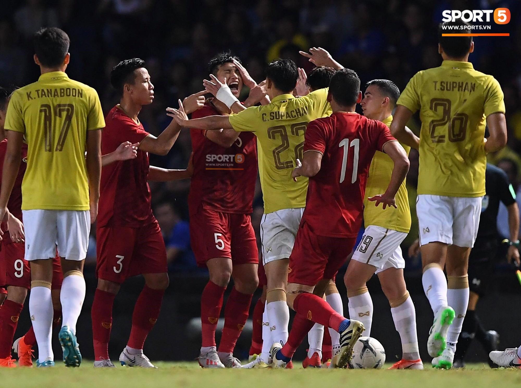 HLV Park Hang-seo lao vào sân phản ứng khi Văn Hậu bị đối phương tát vào mặt-3