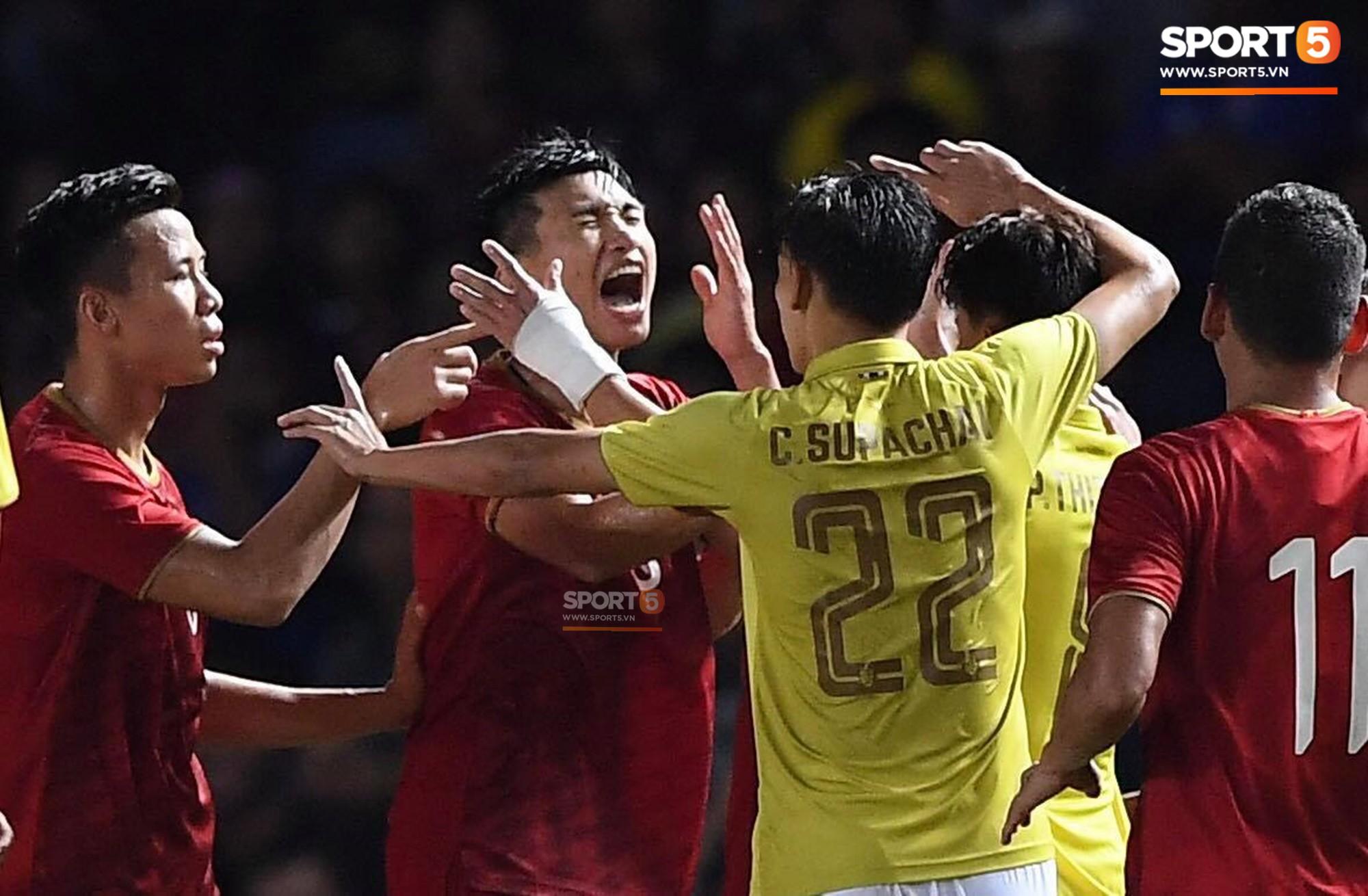 HLV Park Hang-seo lao vào sân phản ứng khi Văn Hậu bị đối phương tát vào mặt-2