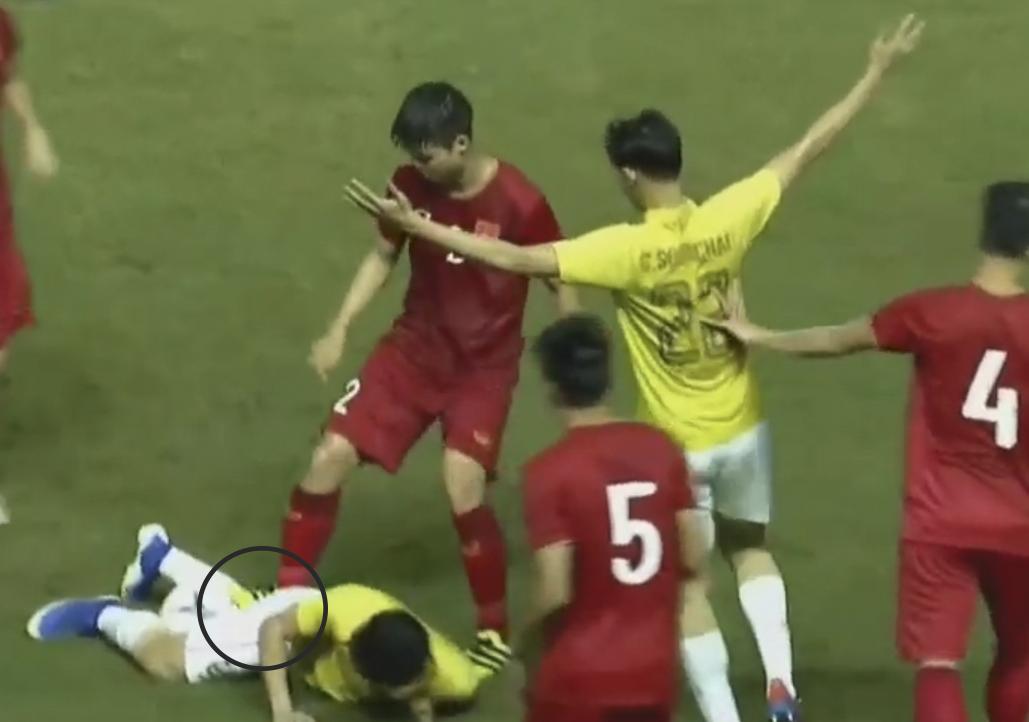 HLV Park Hang-seo lao vào sân phản ứng khi Văn Hậu bị đối phương tát vào mặt-8