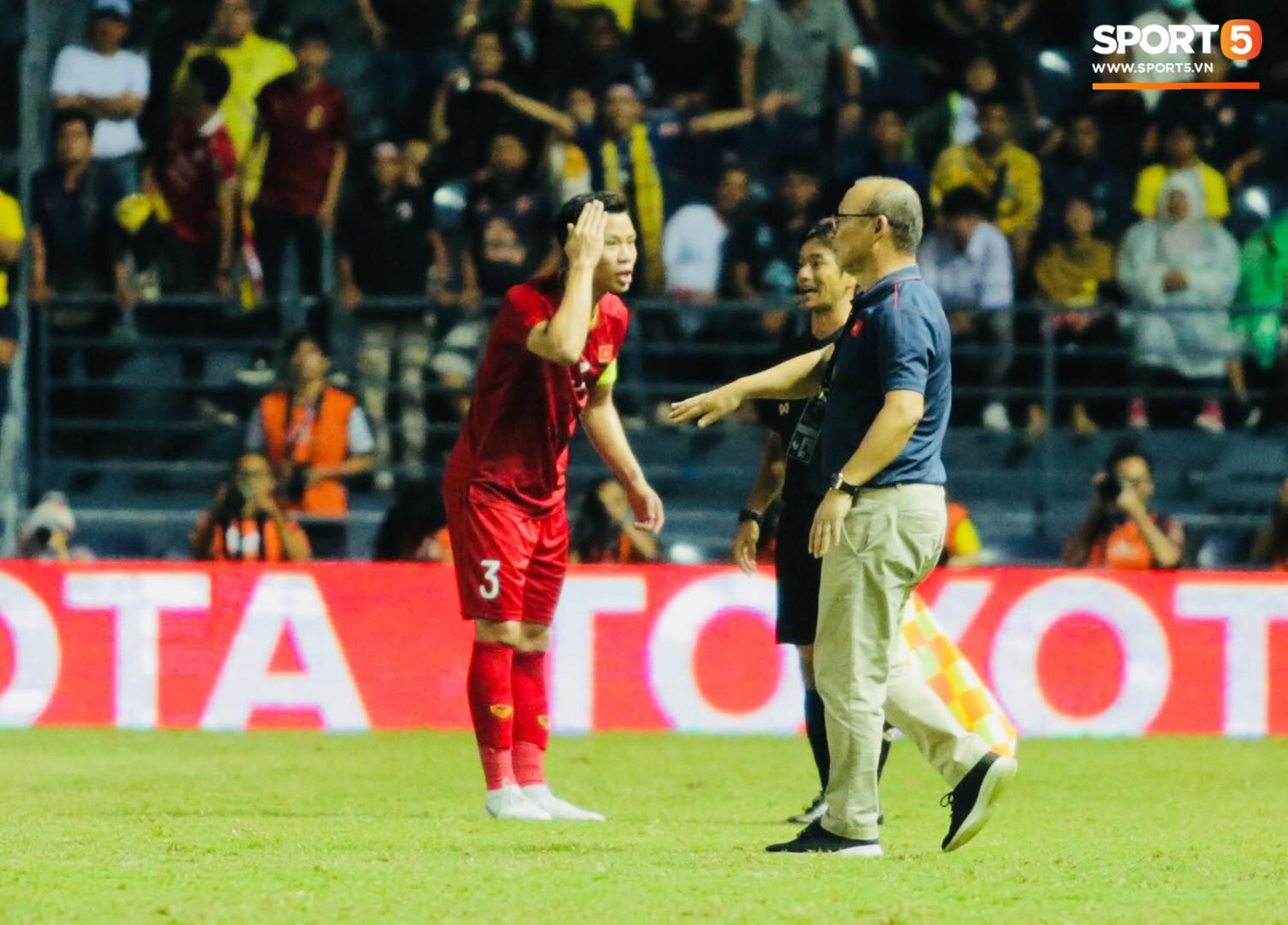 HLV Park Hang-seo lao vào sân phản ứng khi Văn Hậu bị đối phương tát vào mặt-6