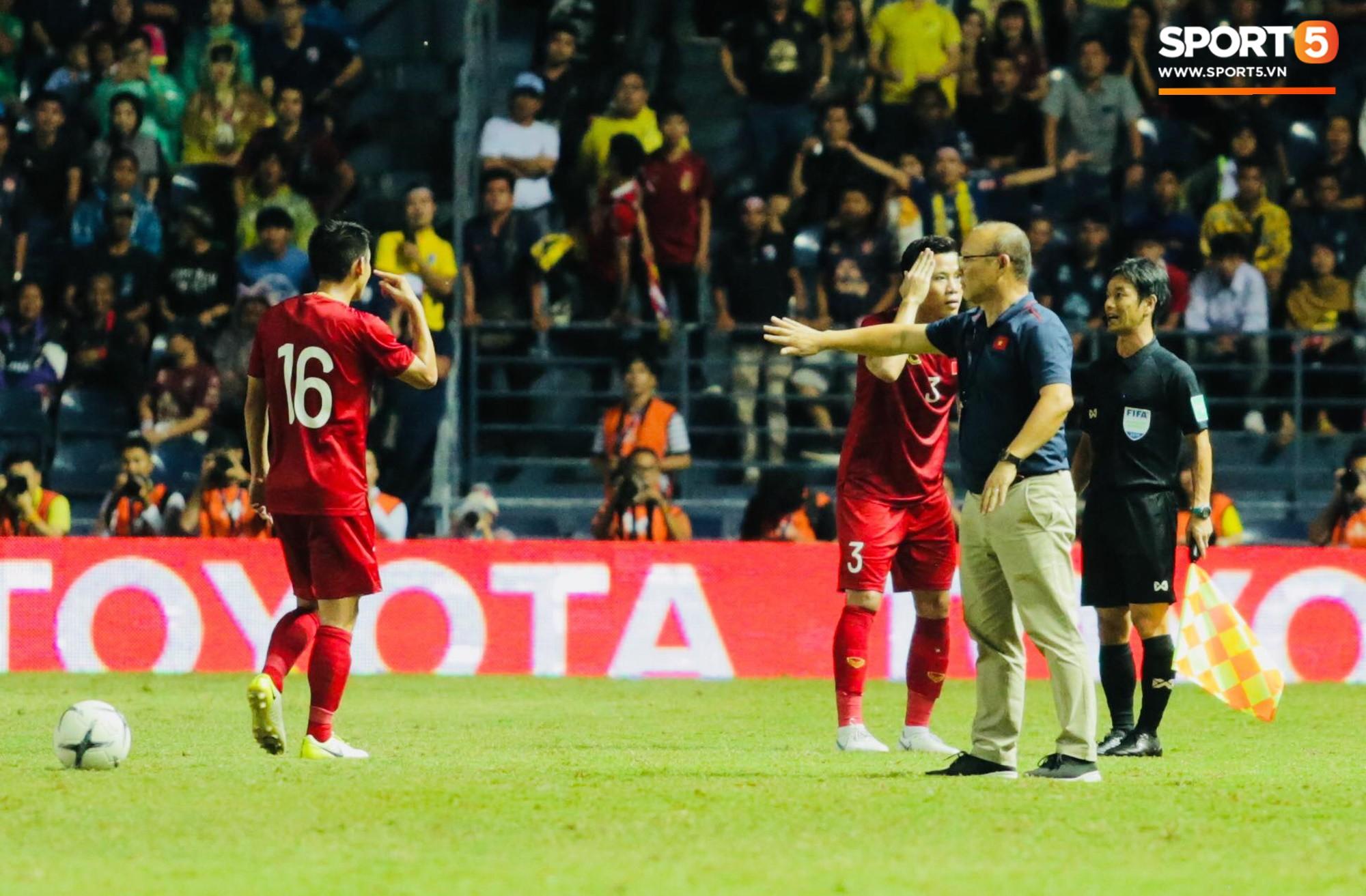 HLV Park Hang-seo lao vào sân phản ứng khi Văn Hậu bị đối phương tát vào mặt-4