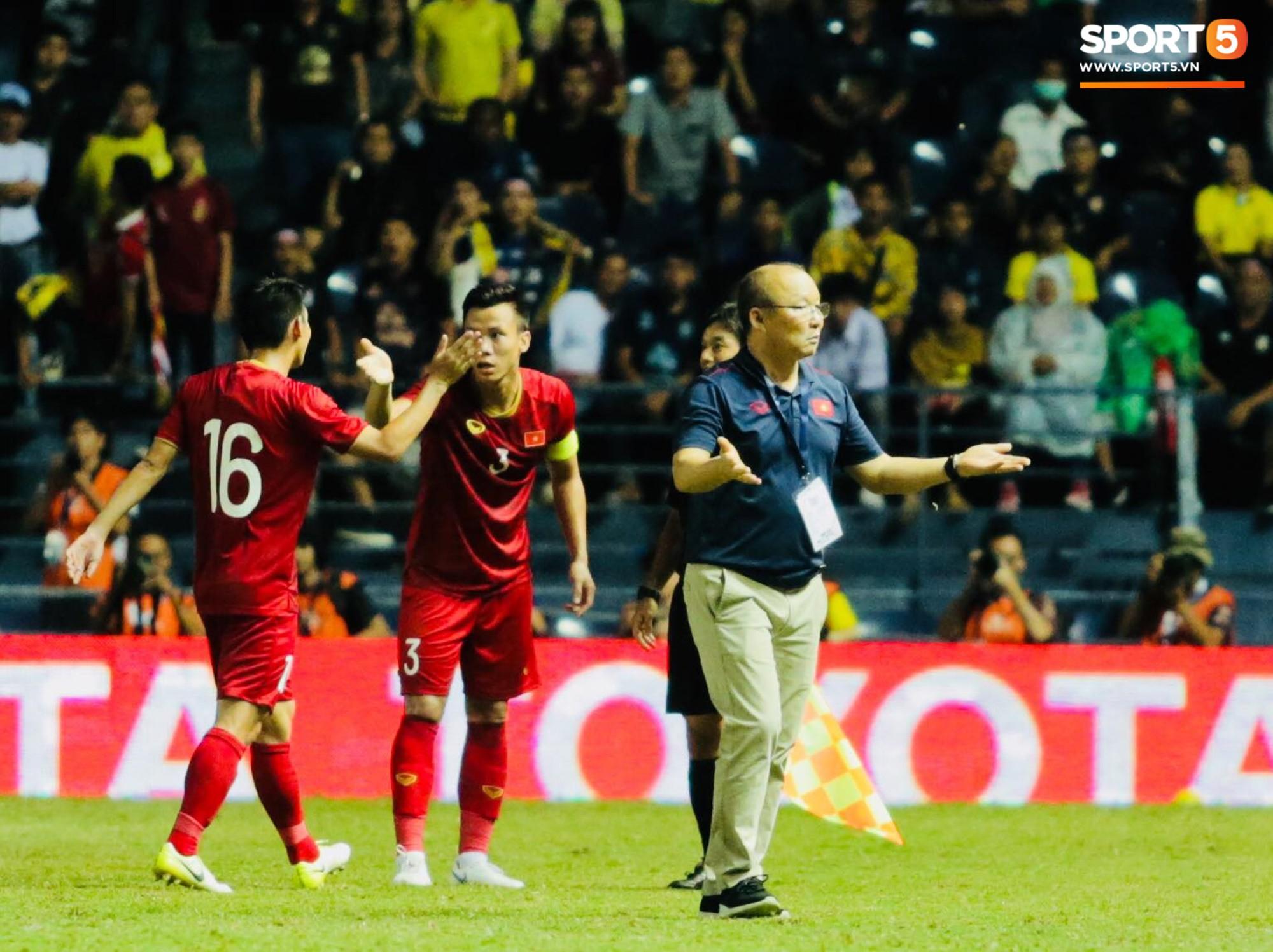 HLV Park Hang-seo lao vào sân phản ứng khi Văn Hậu bị đối phương tát vào mặt-5