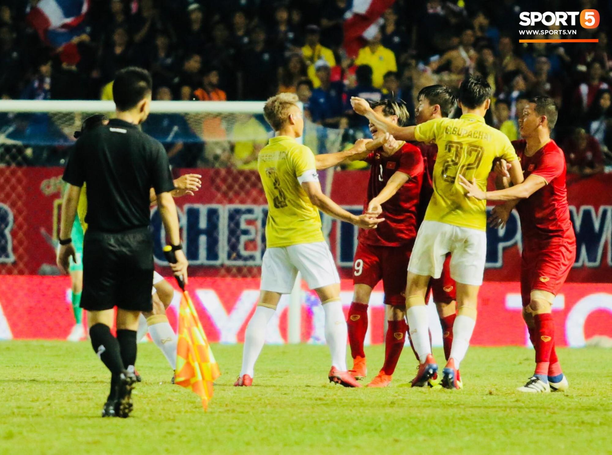 HLV Park Hang-seo lao vào sân phản ứng khi Văn Hậu bị đối phương tát vào mặt-7