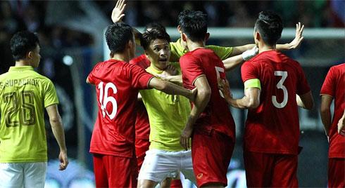 Vì sao Đoàn Văn Hậu bị cầu thủ Thái Lan vả thẳng vào mặt