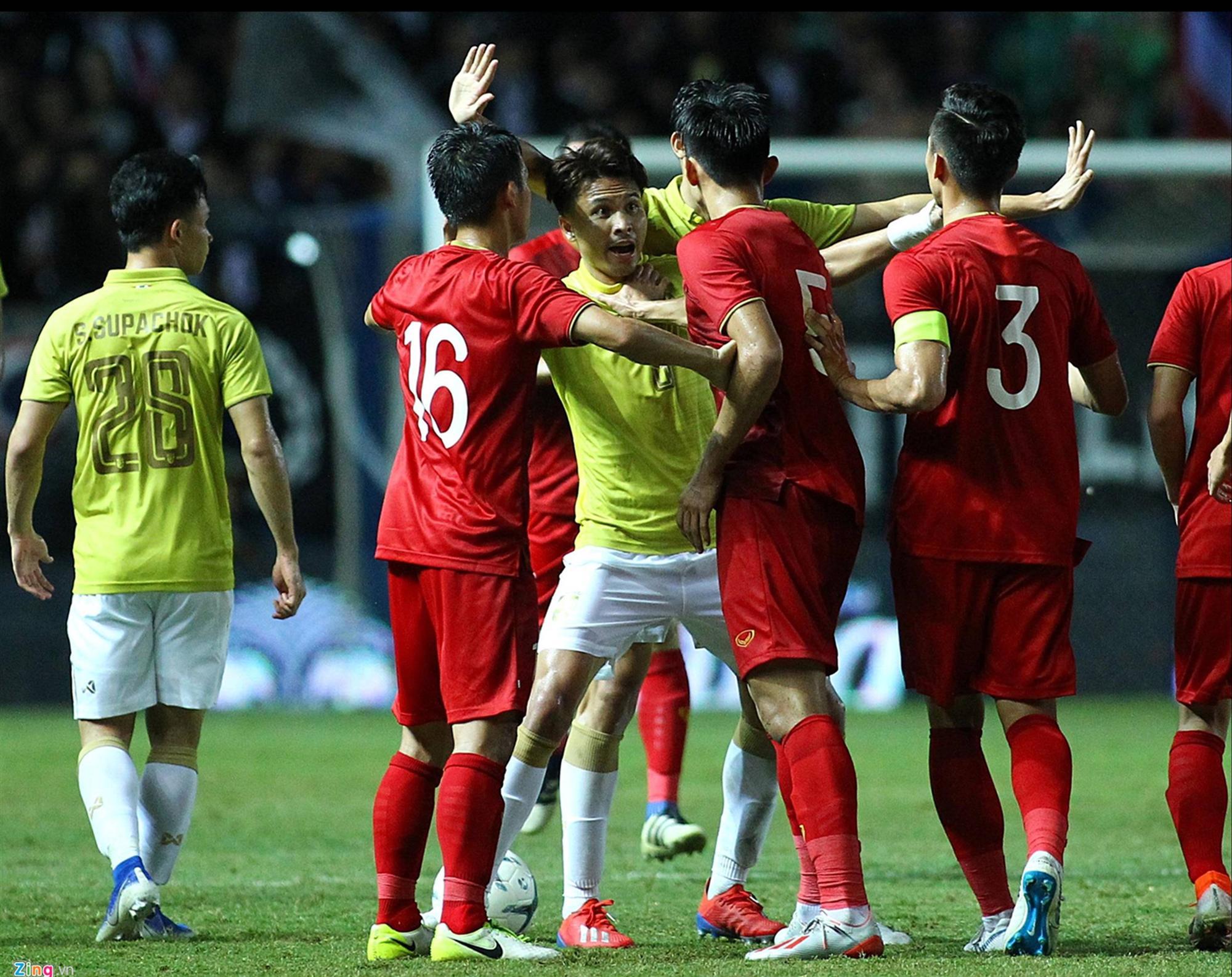 Vì sao Đoàn Văn Hậu bị cầu thủ Thái Lan vả thẳng vào mặt-3