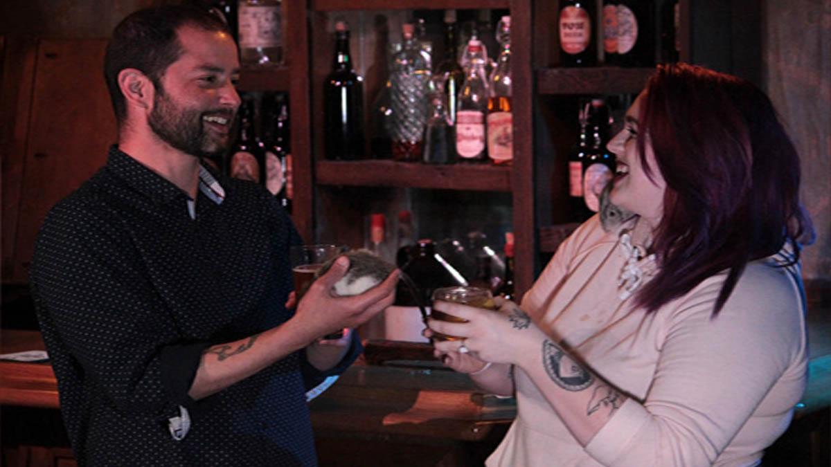 Trải nghiệm quán bar độc lạ: Thưởng thức rượu cùng đàn chuột cống leo lên người