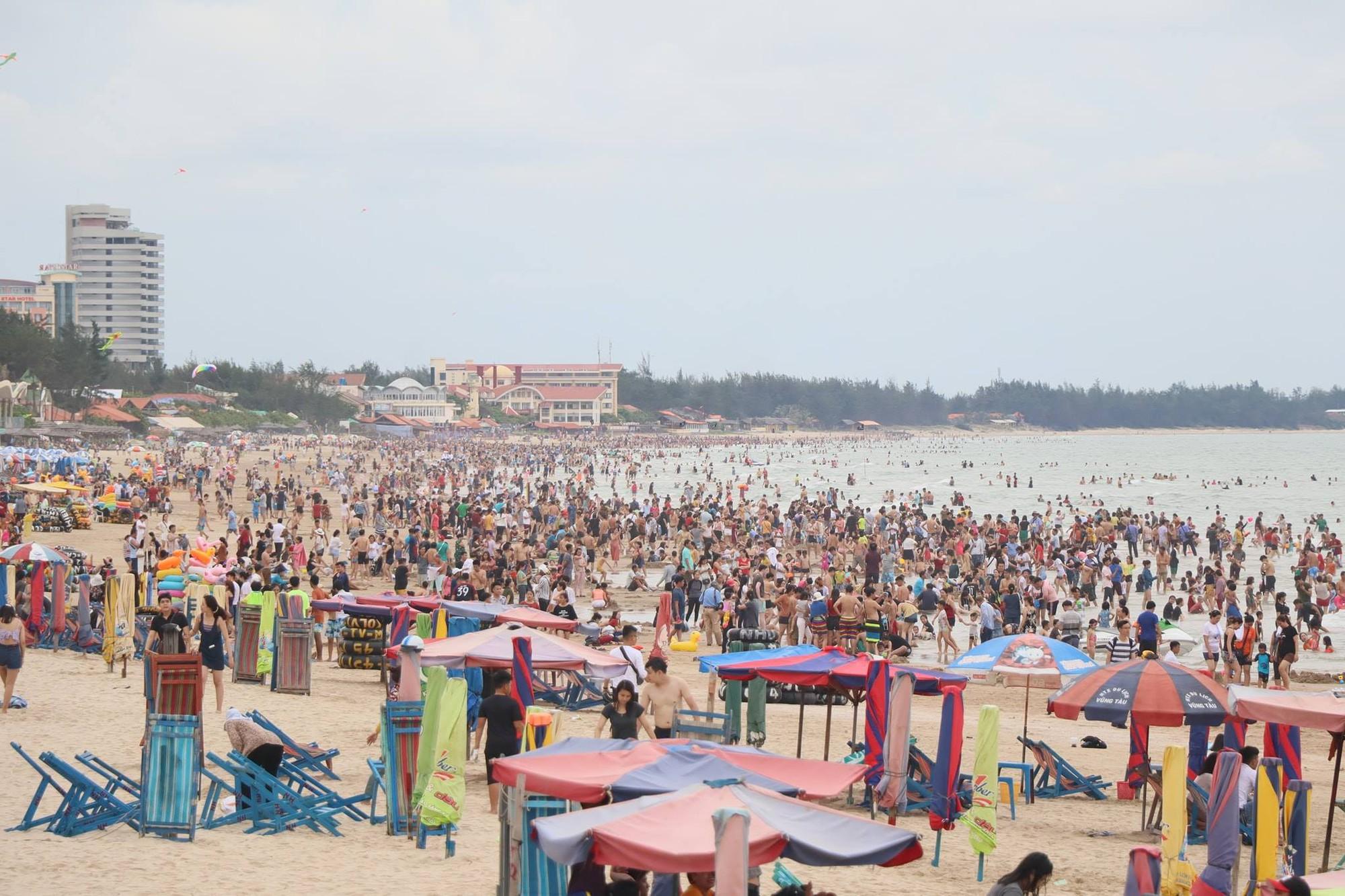 Bãi tắm ở Vũng Tàu xuất hiện nhiều sứa lửa, mùa này đi biển có gặp thì nhớ bỏ túi loạt bí kíp này nhé!-1