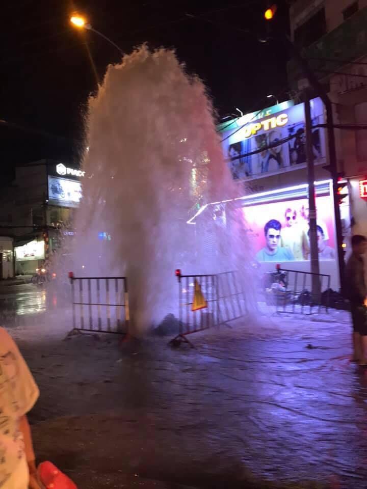 Clip: Hốt hoảng trước cột phun nước cao như 'vòi rồng' tại một ống cống trên đường phố Sài Gòn-2
