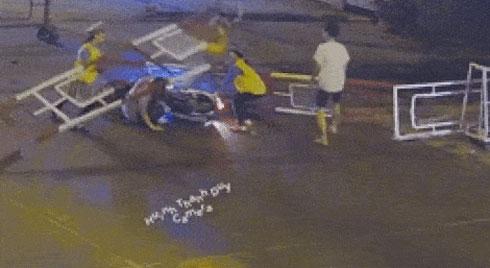 Clip: Thanh niên lao như tên bắn vào thanh chắn, gần chục người lao tới giải cứu trước mũi tàu