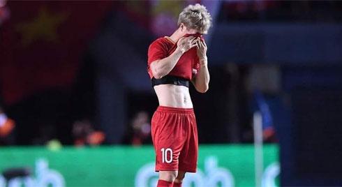"""Hình ảnh Công Phượng lầm lũi lau nước mắt sau khi sút hỏng """"quả penalty định mệnh"""" khiến NHM không khỏi xót xa"""