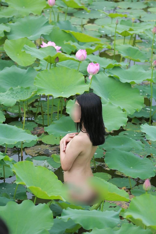 Cuối tuần đã nóng nực, dân mạng lại càng phát rồ vì chị gái nude khoe thân dưới hồ sen-4