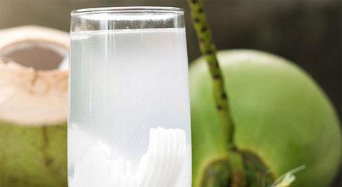 """Uống nước dừa vào mùa hè: Đừng quên những lưu ý """"đắt giá"""" từ chuyên gia để vừa khỏe vừa đẹp"""