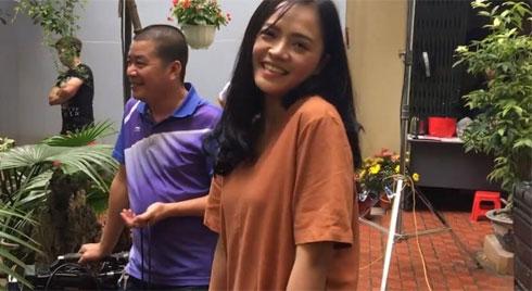 Hậu trường phim 'Về Nhà Đi Con': Huệ cổ vũ ông Sơn tát Khải thật mạnh
