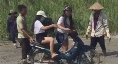 Clip: Ngán ngẩm nhìn 2 cô gái 'phóng xe đi mở đường', dân mạng phải thốt lên 'mắt chỉ để trang trí cho đẹp'