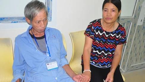 Rớt nước mắt cảnh vợ chồng ung thư nhường nhau suất cơm từ thiện để sống qua ngày