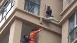 Cô gái liều mạng trèo ra ngoài cửa sổ chung cư vì sợ bạn trai đánh