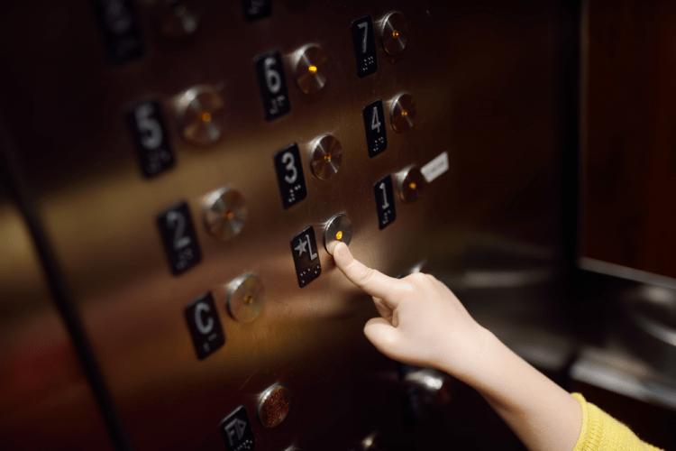 Dạy bé kỹ năng xử lý khi bị kẹt trong thang máy-1