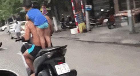 Bố mang con trai ra diễn cảnh nguy hiểm giữa phố khiến mọi người hoảng sợ