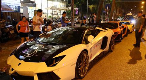 Dàn siêu xe hơn 300 tỷ rầm rộ tụ họp trên đường phố Hà Nội, Cường Đô La và vợ cũng xuất hiện với chiếc Audi R8V10