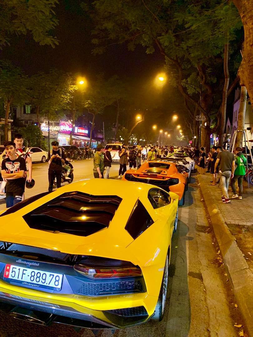 Dàn siêu xe hơn 300 tỷ rầm rộ tụ họp trên đường phố Hà Nội, Cường Đô La và vợ cũng xuất hiện với chiếc Audi R8V10-1
