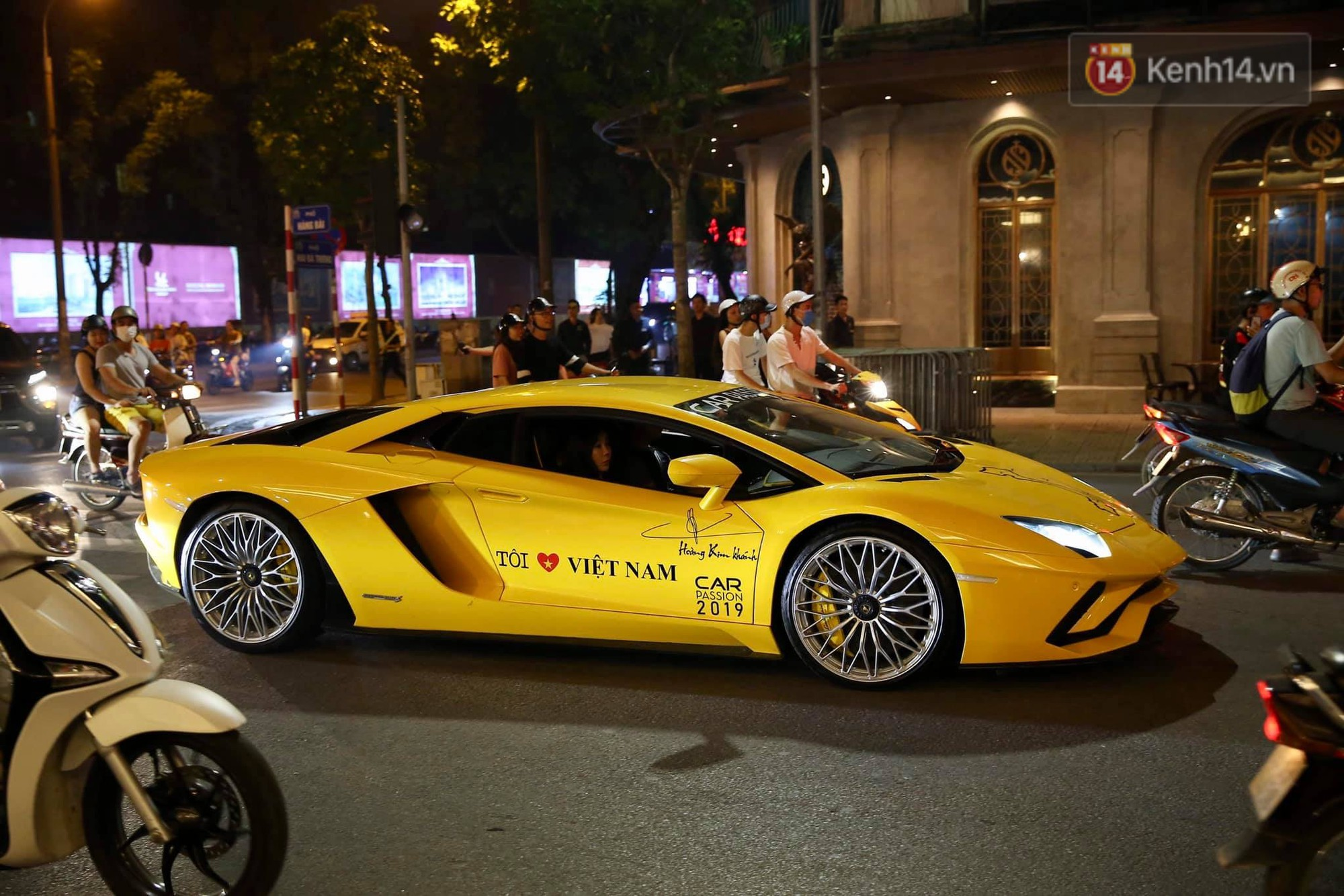 Dàn siêu xe hơn 300 tỷ rầm rộ tụ họp trên đường phố Hà Nội, Cường Đô La và vợ cũng xuất hiện với chiếc Audi R8V10-11