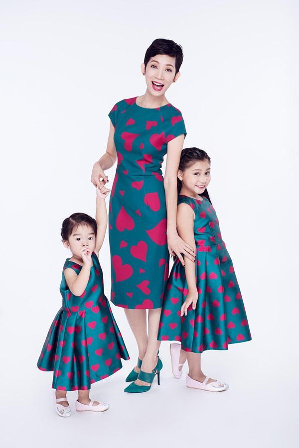 Muốn cùng con diện đồ đôi ăn ý, các mẹ nhớ học hỏi 4 cặp mẹ con đình đám này-4