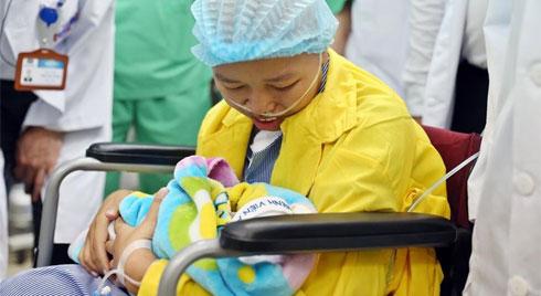 Người mẹ ung thư giai đoạn cuối và giây phút đầy nước mắt khi gặp con trai Bình An