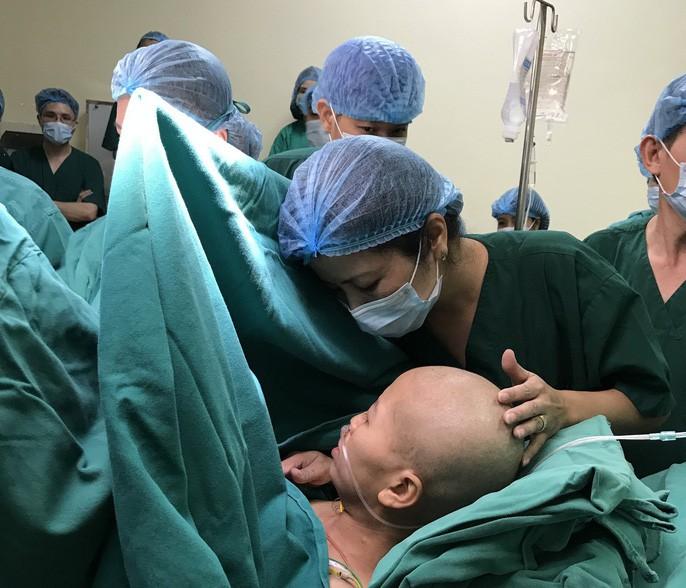 Người mẹ ung thư giai đoạn cuối và giây phút đầy nước mắt khi gặp con trai Bình An-2