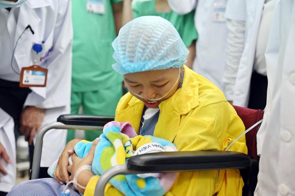 Người mẹ ung thư giai đoạn cuối và giây phút đầy nước mắt khi gặp con trai Bình An-8