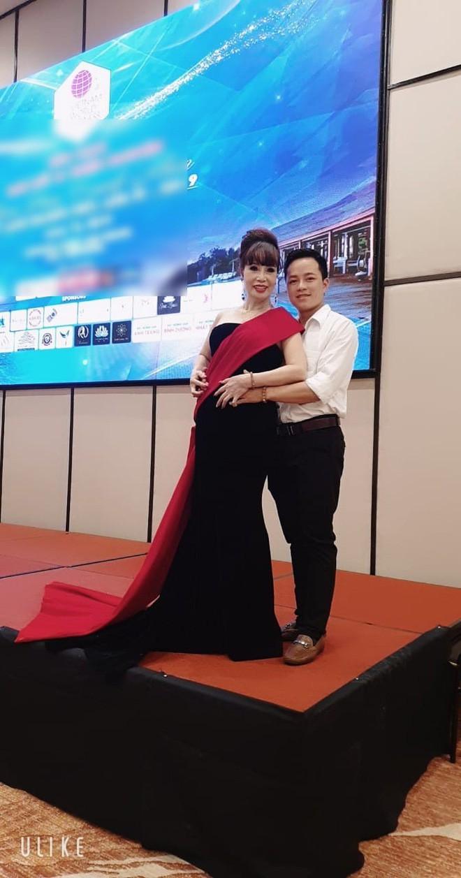 Cô dâu 62 tuổi được chồng trẻ tháp tùng đi thi Hoa hậu ở Indonesia sau lùm xùm mang thai giả-2