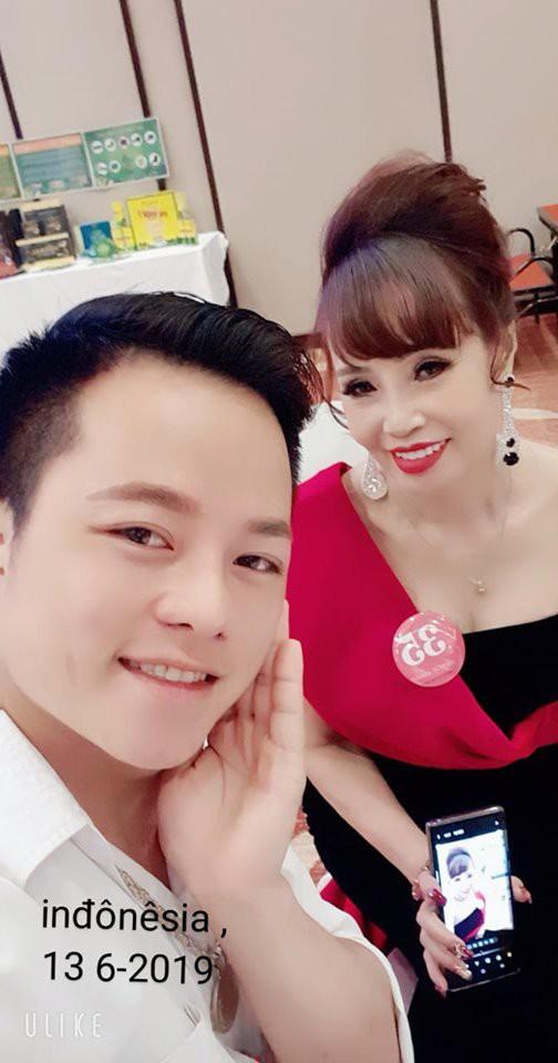 Cô dâu 62 tuổi được chồng trẻ tháp tùng đi thi Hoa hậu ở Indonesia sau lùm xùm mang thai giả-3