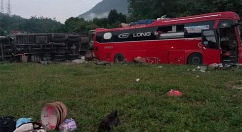 NÓNG: Kinh hoàng xe khách va chạm với xe tải, 3 người chết, hơn 30 người bị thương nằm la liệt trên đường