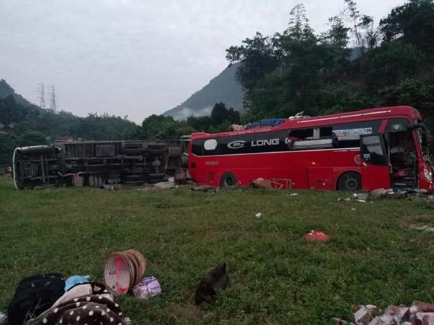 NÓNG: Kinh hoàng xe khách va chạm với xe tải, 3 người chết, hơn 30 người bị thương nằm la liệt trên đường-1