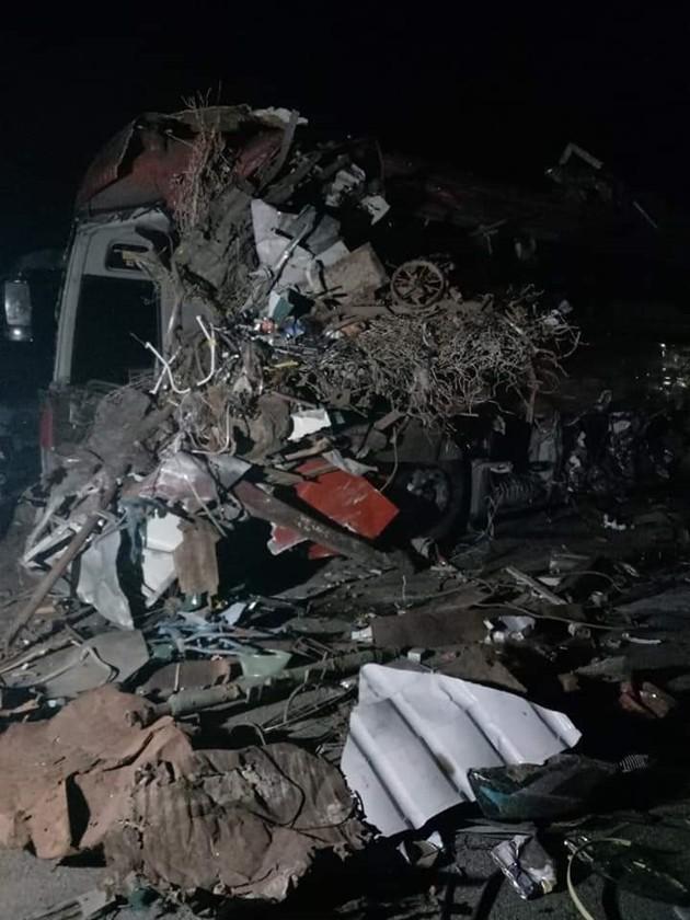 NÓNG: Kinh hoàng xe khách va chạm với xe tải, 3 người chết, hơn 30 người bị thương nằm la liệt trên đường-2