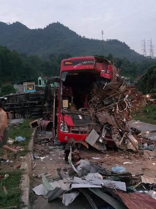 NÓNG: Kinh hoàng xe khách va chạm với xe tải, 3 người chết, hơn 30 người bị thương nằm la liệt trên đường-3